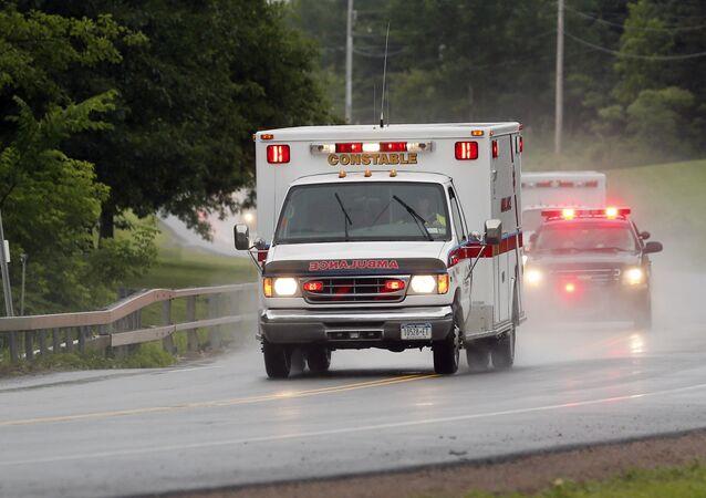 Mulher sobreviveu após pular de janela do segundo andar da casa, mas foi internada em estado grave