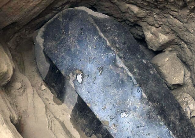 Sarcófago negro gigante encontrado no subsolo de um prédio em Alexandria