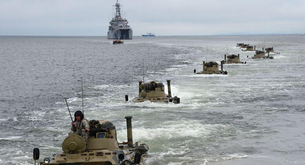 Veículos blindados de transporte BTR-82A abandonam o navio de desembarque anfíbio Peresvet durante o treinamento dos fuzileiros navais russos