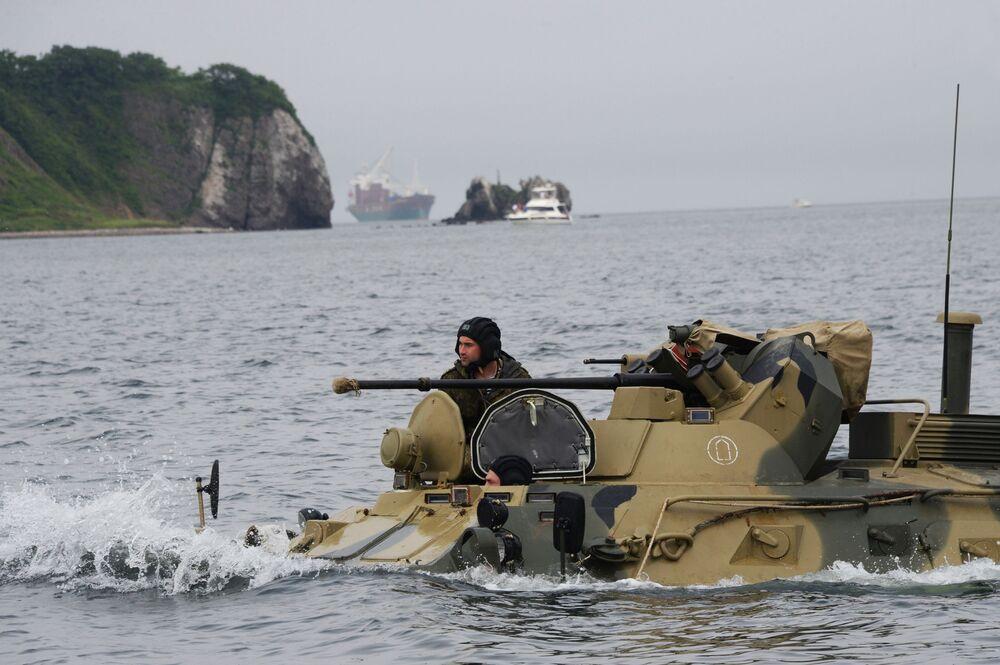 Treinamento de fuzileiros navais russos com veículos blindados BTR-82A na cidade russa de Vladivostok