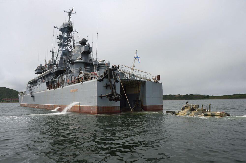BTR-82A durante um desembarque do navio Peresvet
