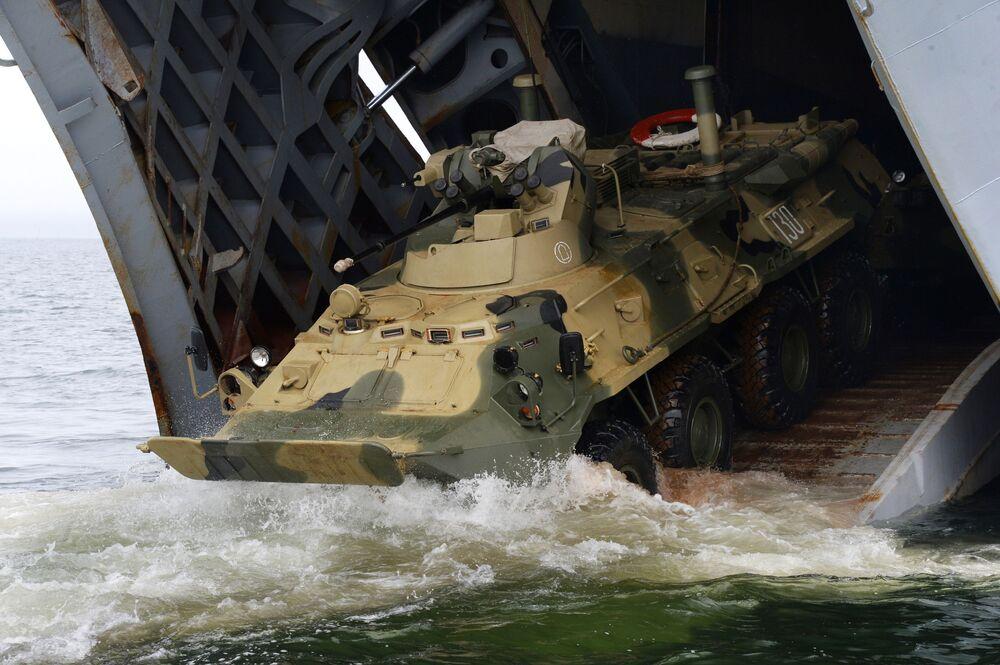 O veículo blindado de transporte BTR-82A entra na entreponte do navio de desembarque Peresvet
