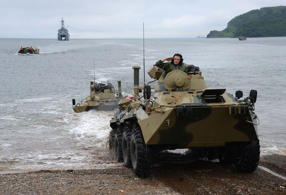 BTR-82A durante um desembarque do navio Peresvet durante os treinamentos para as celebrações do Dia da Marinha em Vladivostok