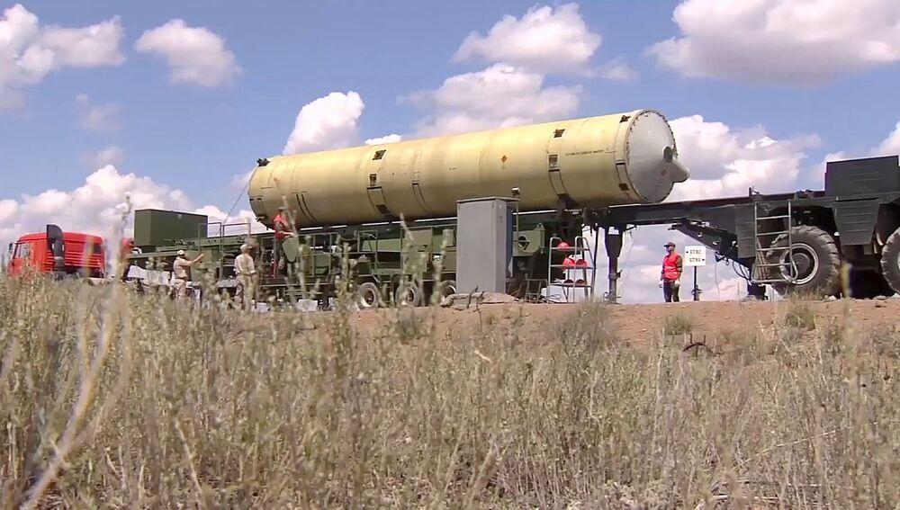 Transporte do míssil modernizado de intercepção do sistema russo de defesa antimíssil ao polígono de Sary Shagan no Cazaquistão