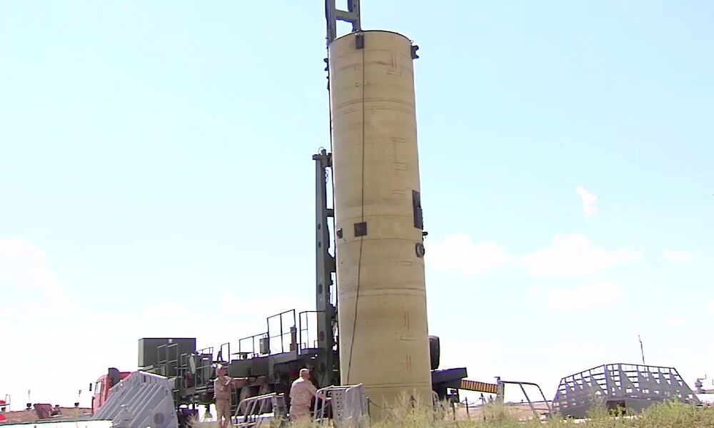 Instalação do míssil de intercepção modernizado do sistema russo de defesa antimíssil ao local de lançamento