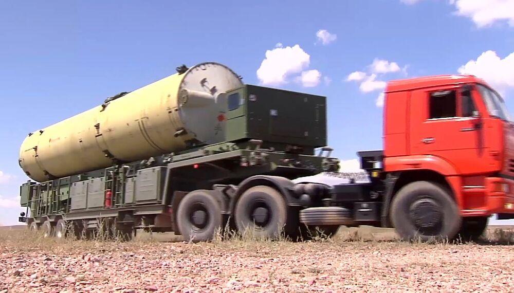 """""""É mais um teste do novo míssil, que é diferente do anterior. Antes de mais, tem maior velocidade e capacidade de atingir alvos balísticos intercontinentais"""", comentou o lançamento o analista militar Aleksei Podberezkin."""
