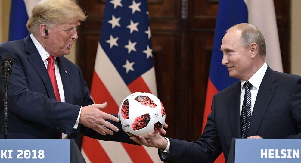 Presidente da Rússia, Vladimir Putin, e o presidente dos EUA, Donald Trump, durante a coletiva de imprensa conjunta após a cúpula em Helsinque.
