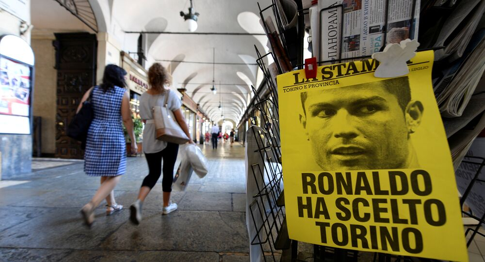 Um cartaz com a frase Ronaldo escolheu Turim é visto no centro de Turim, Itália em referência à contratação do craque pelo Juventus.