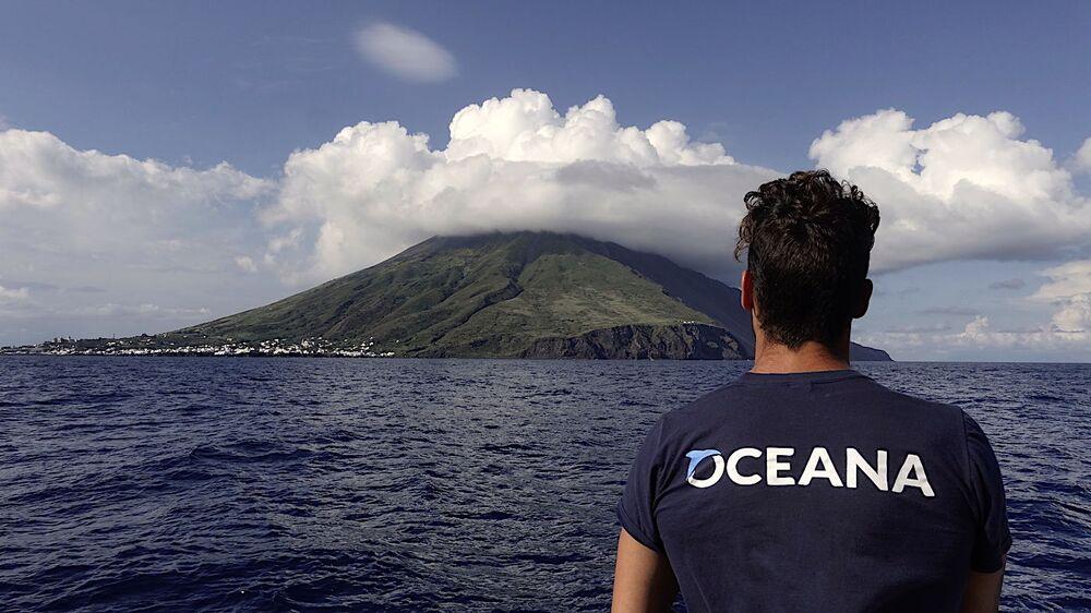 Um marinheiro observa o vulcão da ilha de Stromboli, que faz parte do inesquecível arquipélago italiano