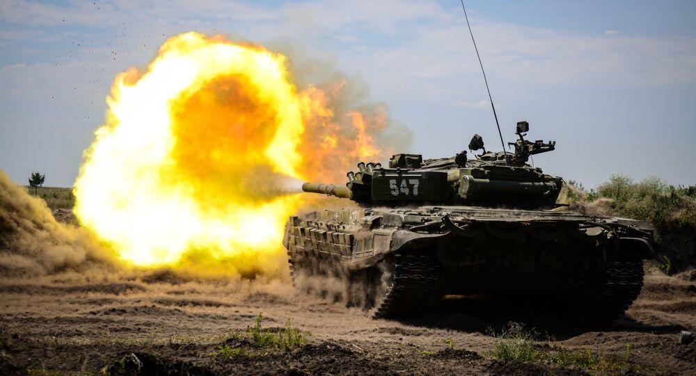 Tanque T-72B durante treinamentos no polígono Pogonovo, Rússia, 27 de junho de 2018