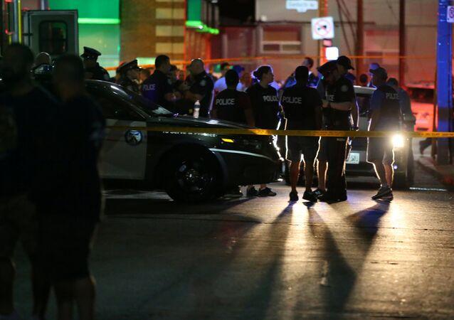 Policiais reforçam a segurança do local após tiroteio fatal em frente a um restaurante de Toronto, no Canadá, em 22 de julho de 2018