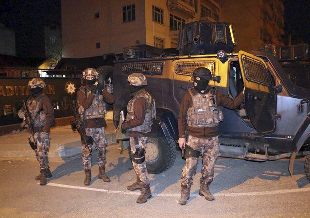 Polícia antiterrorista turca em frente a veículo blindado durante uma operação para prender suspeitos de ligação com o grupo do Estado Islâmico, em Adiyaman, sudeste da Turquia (arquivo)