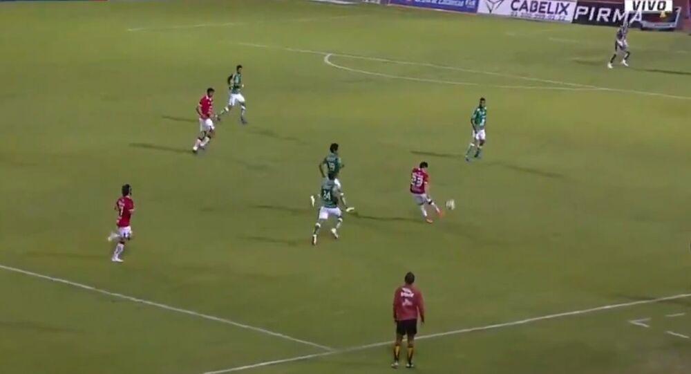 Francisco Rivera, do Mineros Zacatecas, marca o quarto gol do seu time sobre o León, para garantir a vitória do Mineros por 4 a 3 em partida válida pela Copa México