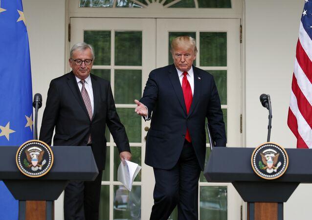 O presidente Donald Trump e o presidente da Comissão Europeia, Jean-Claude Juncker, chegam para discurso conjunto no Jardim das Rosas da Casa Branca.