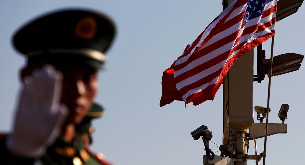 Policial chinês em Pequim com bandeira dos EUA no plano de fundo