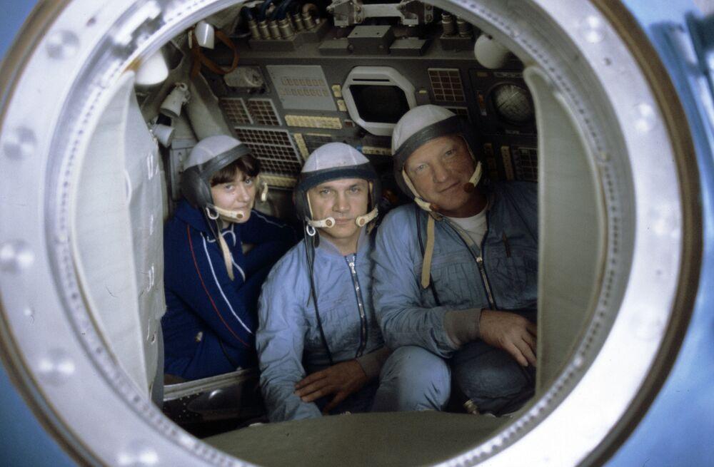 Engenheira de voo e cosmonauta-piloto da URSS, Svetlana Savitskaya, no modelo de treinamento da espaçonave Soyuz
