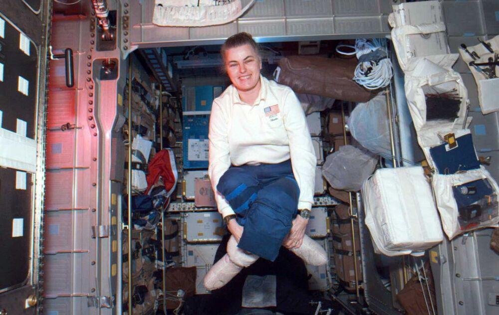Registrando 186 dias contínuos no espaço, a astronauta norte-americana Shannon Lucid faz uma pausa flutuante em um dos módulos do ônibus espacial Atlantis