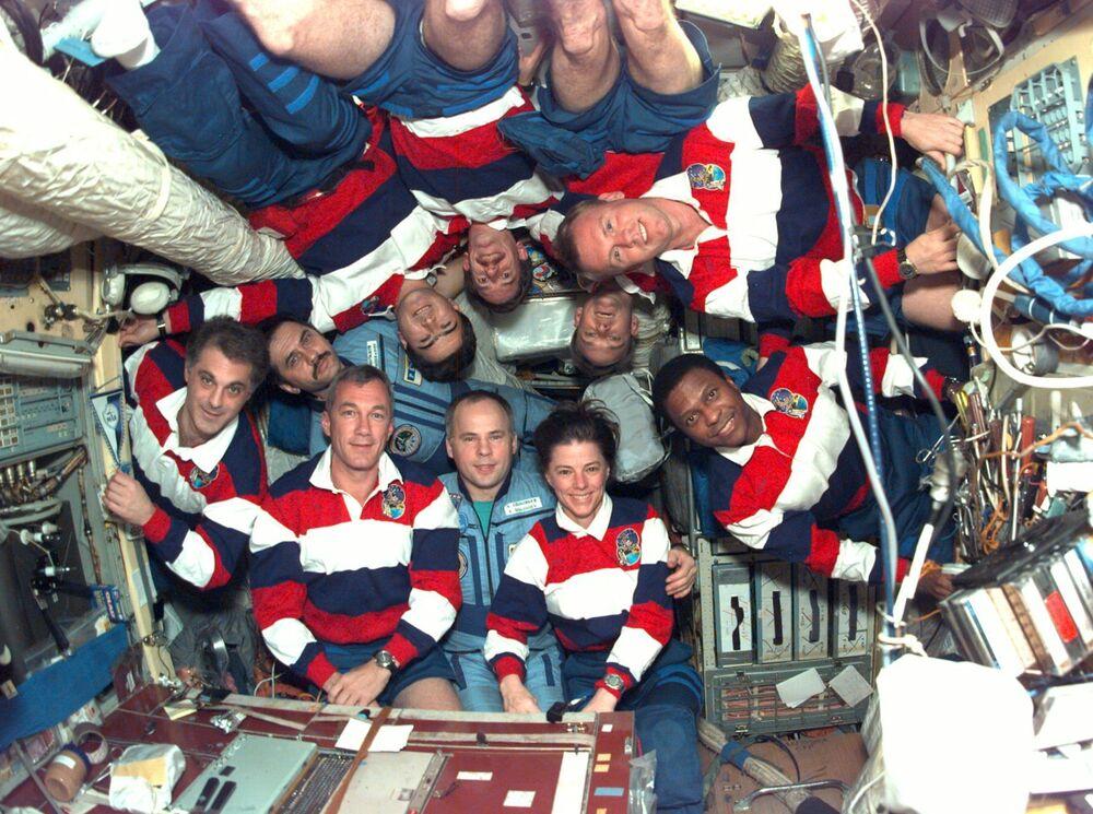 Membros da tripulação da estação espacial russa Mir e do ônibus espacial norte-americano Endeavour posam para foto, entre eles se encontra a astronauta norte-americana veterana de cinco missões, Bonnie J. Dunbar