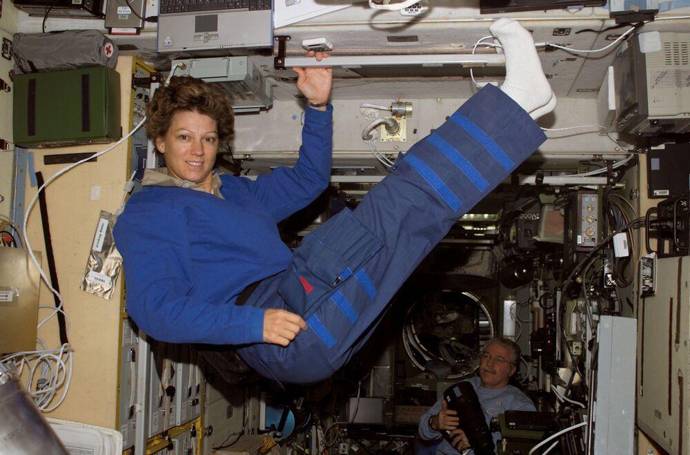 Astronauta Eileen M. Collins, veterana de quatro missões espaciais e a primeira mulher a ser piloto e depois comandante de um ônibus espacial, flutua no módulo Zvezda da Estação Espacial Internacional (ISS)
