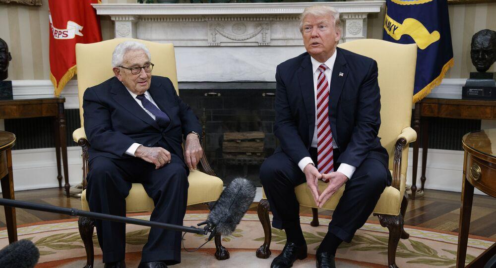 Donald Trump se encontra com o Henry Kissinger, ex-Secretário de Estado e Conselheiro de Segurança Nacional do Presidente Richard Nixon, no Salão Oval da Casa Branca.