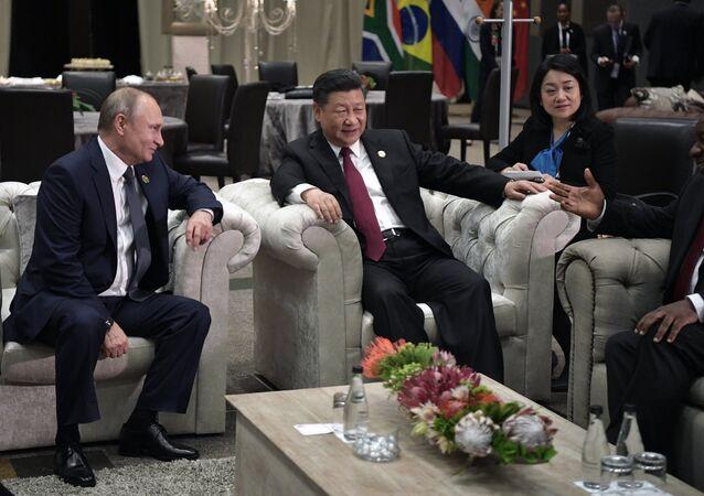 Presidente russo, Vladimir Putin, líder chinês, Xi Jinping, e presidente da África do Sul, Cyril Ramaphosa, (de esquerda para a direita) durante a X cúpula dos BRICS, em Johannesburgo
