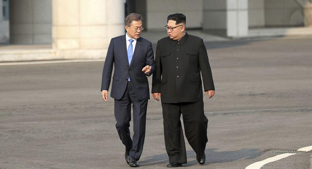 O líder norte-coreano Kim Jong-un, à direita, fala com o presidente sul-coreano Moon Jae-in na vila fronteiriça de Panmunjom na Zona Desmilitarizada.