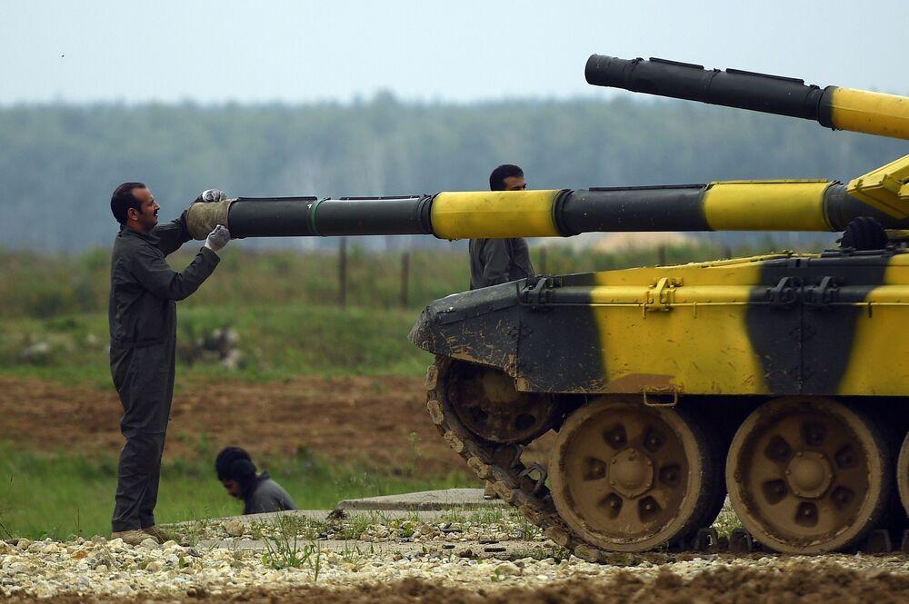 Militar da equipe do Azerbaijão se preparando para o concurso internacional Biatlo de Tanques 2018.