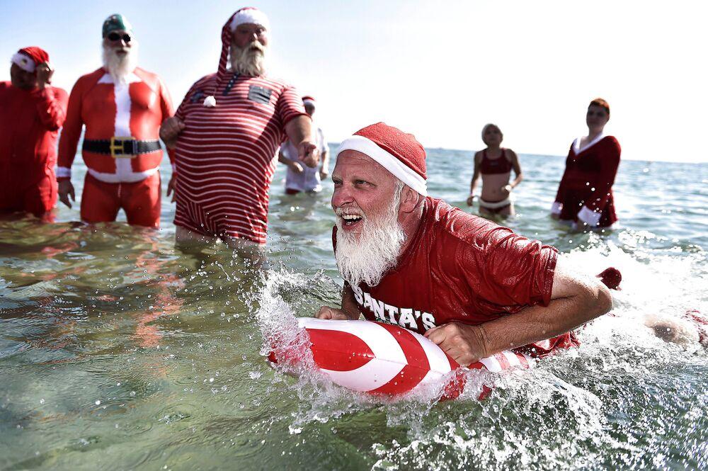 Pessoas vestidas de Papai Noel durante o Congresso Mundial de Papais Noéis, Dinamarca.