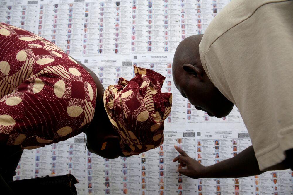 Pessoas procurando seus nomes nas listas eleitorais, em Bamako, Mali