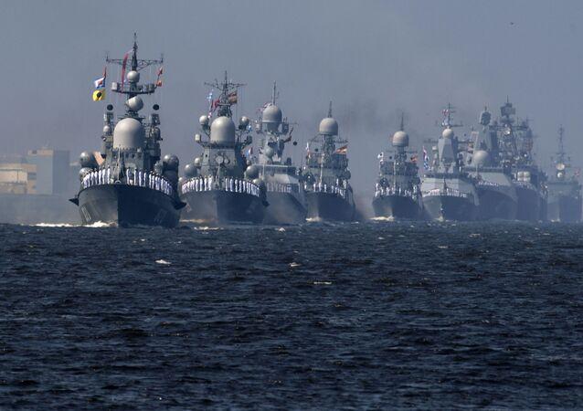 Navios da Marinha russa ensaiando a parada por ocasião do Dia da Marinha da Rússia.