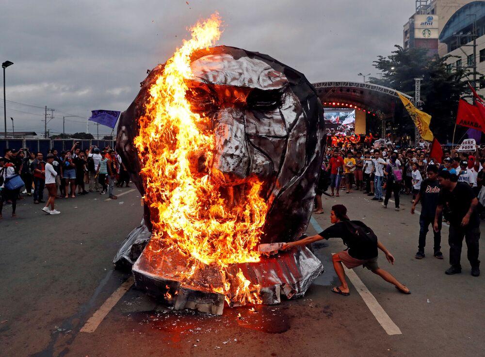 Manifestantes queimando efígie do presidente filipino, Rodrigo Duterte, cidade de Quezon, Filipinas.
