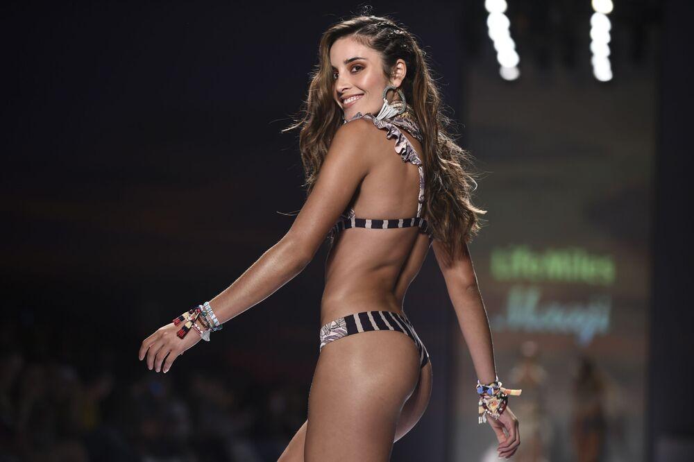 Modelo desfilando durante a semana da moda da Colômbia.