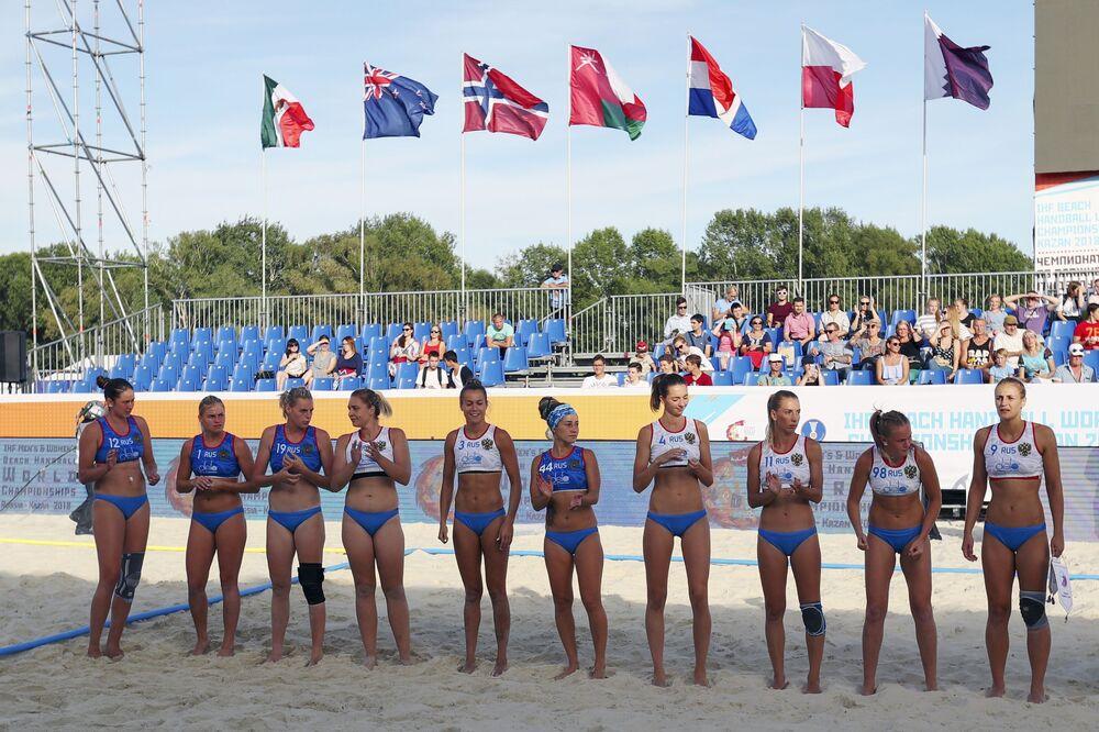 Seleção Russa fotografada após a partida da fase preliminar do VIII Campeonato Mundial feminino de handebol 2018