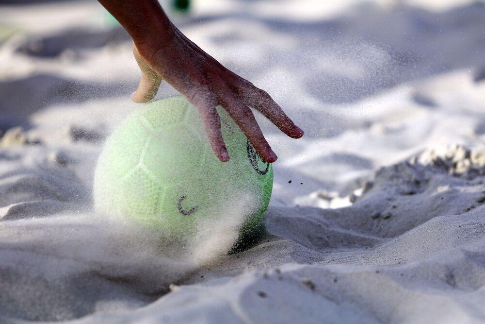 Uma jogadora levanta a bola na partida da fase preliminar do VIII Campeonato Mundial feminino de handebol 2018 entre Rússia e Tailândia