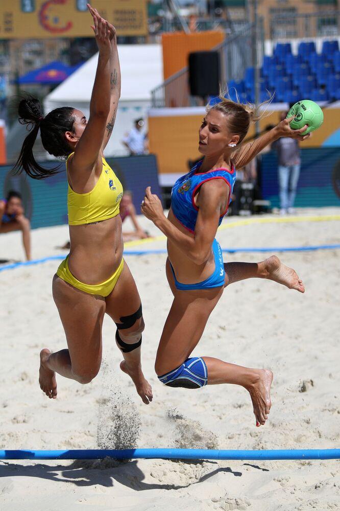 Jogadoras lutam pela bola durante a partida de handebol de praia feminino entre Brasil e Rússia