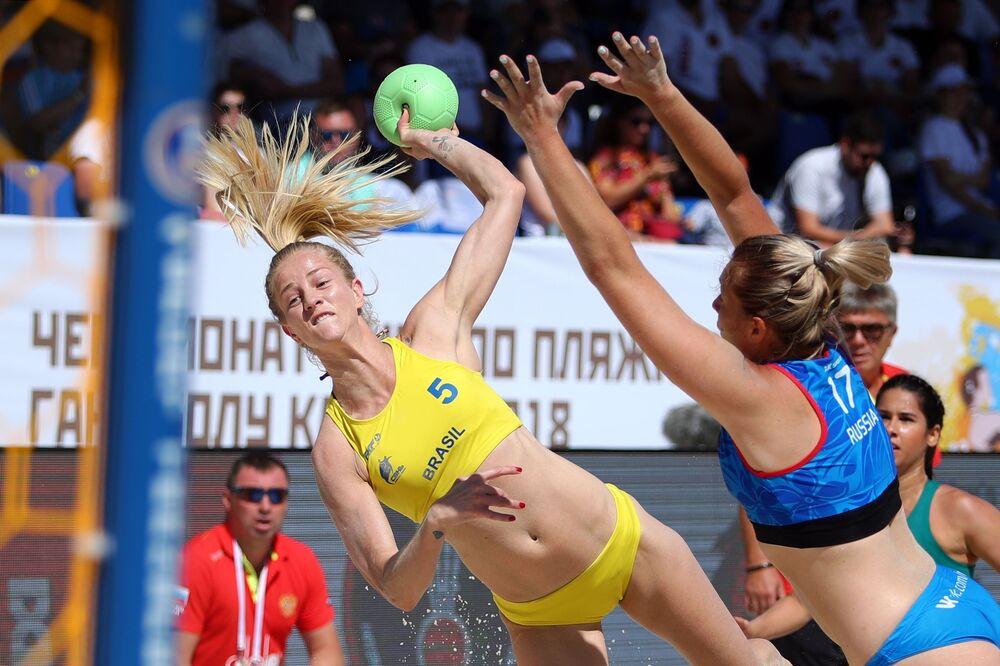 Jogadora de handebol de praia brasileira Patrícia Scheppa e a russa Elizaveta Fedorova na partida da fase preliminar do VIII Campeonato Mundial feminino de handebol 2018 entre Brasil e Rússia realizado na cidade russa de Kazan