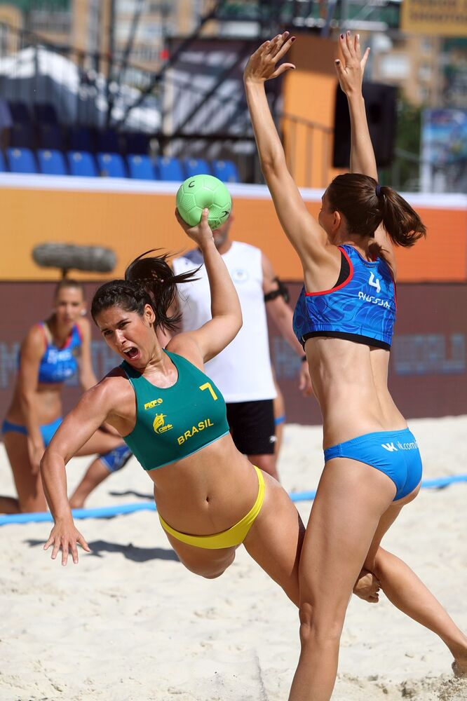 Brasil e Rússia se enfrentam na partida da fase preliminar do VIII Campeonato Mundial feminino de handebol 2018 realizado na cidade russa de Kazan