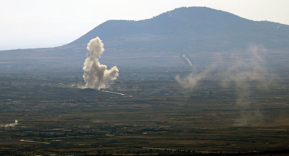 Foto tirada das Colinas de Golã anexadas por Israel perto da fronteira de Quneitra com Israel mostra fumaça saindo de edifícios em território sírio depois dos combates entre as forças leais ao presidente sírio Bashar Assad e combatentes rebeldes, 21 de outubro de 2014