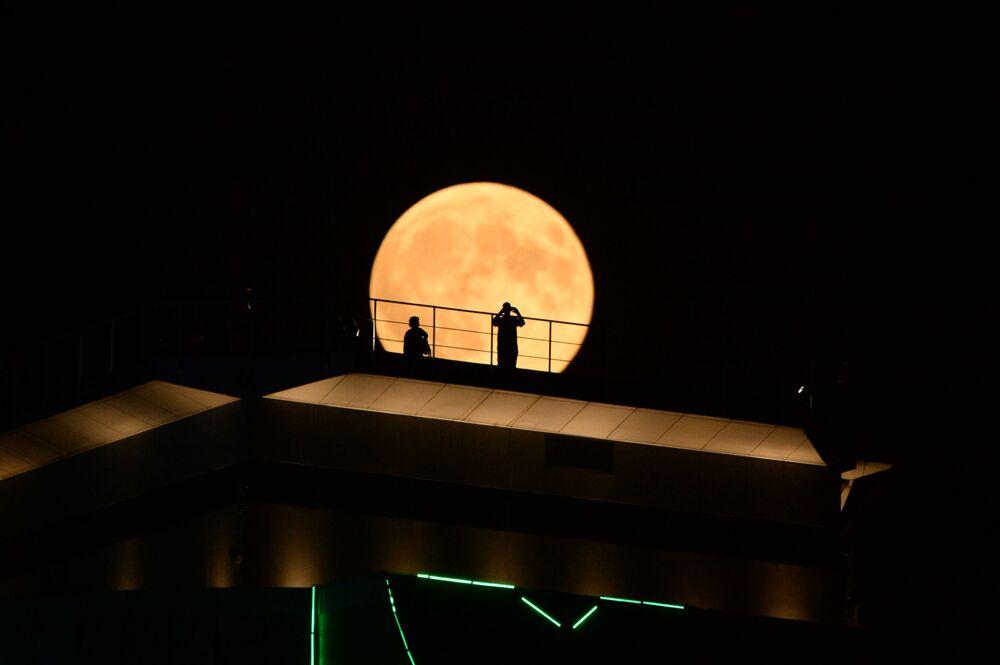 O satélite da Terra visto durante o eclipse lunar mais longo do século, coincidente com a Lua de Sangue, que ocorreu em 27 de julho de 2018