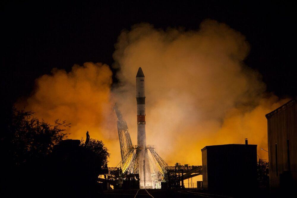 Lançamento do foguete Soyuz-2.1A, realizado desde o cosmodromo Baikonur, portando a nave de carga Progress MS-09 para a Estação Espacial Internacional