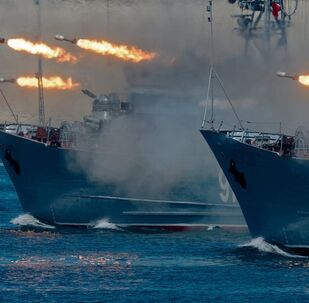 Caça-minas Kovrovets (à esquerda) e Ivan Golubets durante o Dia da Marinha da Rússia em Sevastopol, Crimeia