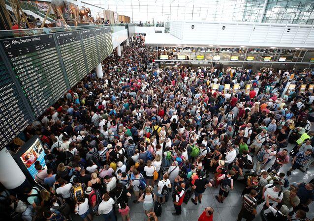 Os passageiros esperam por seus voos no Terminal 2 (foto de referência)