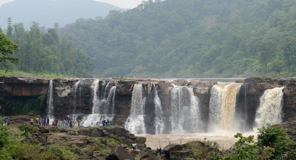 Indianos visitam cachoeira Gira perto de Saputara, 21 de agosto de 2014