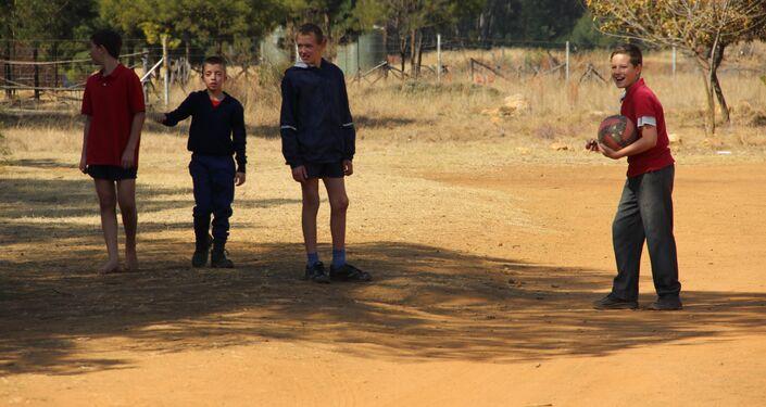 Crianças jogam bola em Kleinfontein