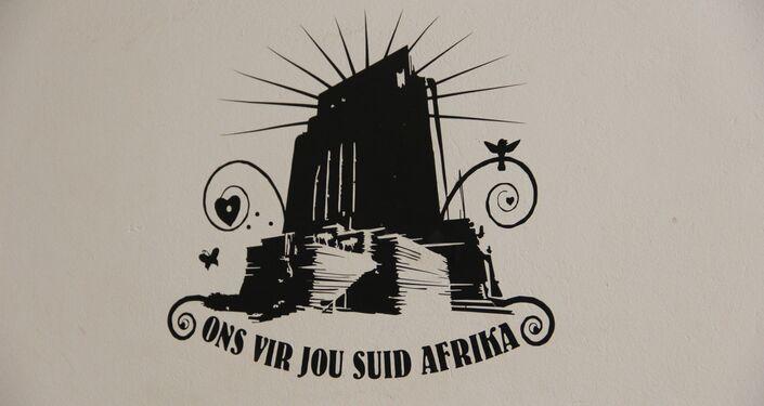 Interiores da escola em Kleinfontein. Inscrição em africâner diz: Estamos contigo, África do Sul