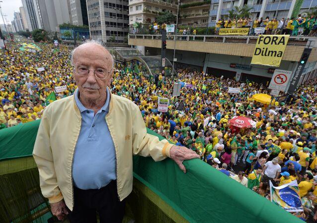 Jurista e político Hélio Bicudo durante um protesto contra a então presidenta Dilma Rousseff em São Paulo em 13 de março de 2016