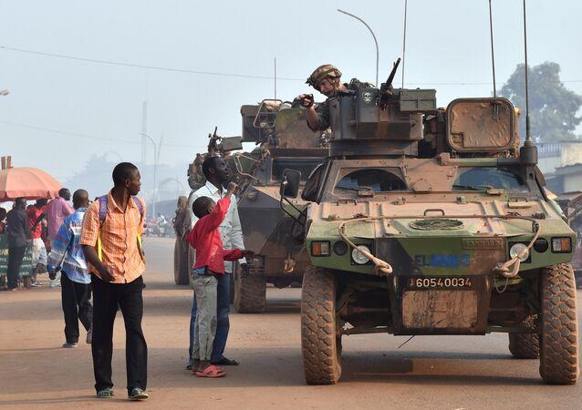 Forças francesas patrulhando um dos distritos de Bangui, República Centro-Africana