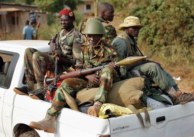 Militares patrulhando um dos distritos de Bangui, República Centro-Africana