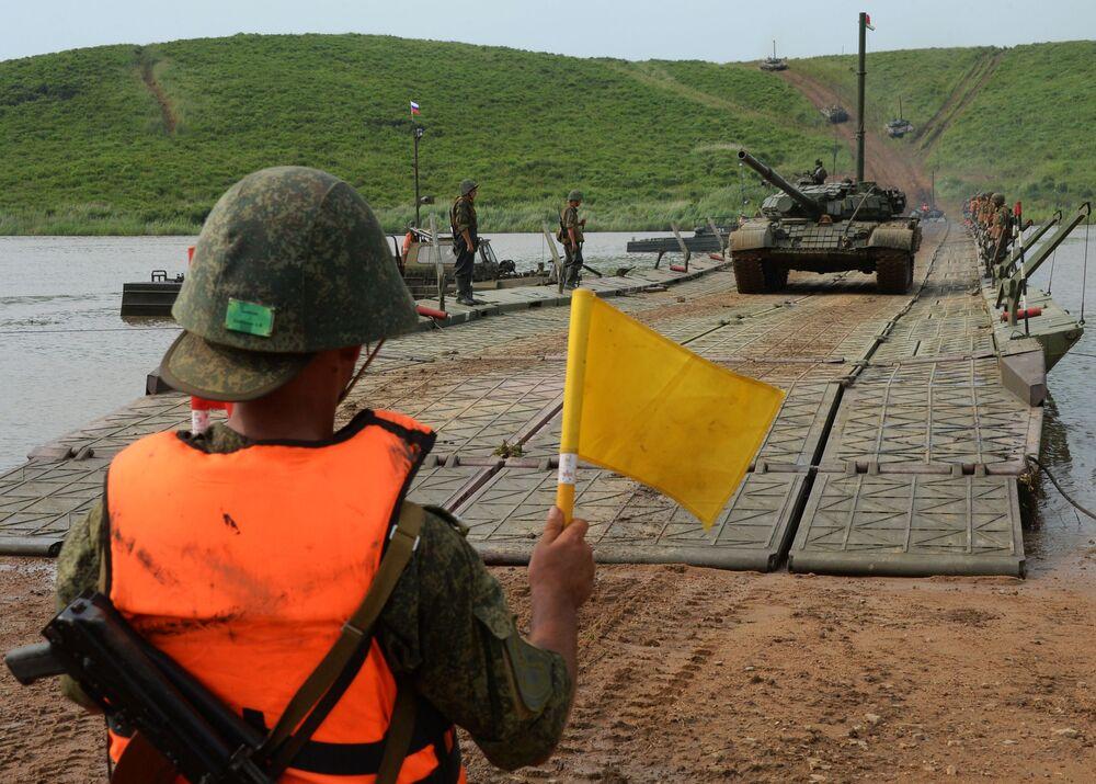 Tanque T-72 atravessa uma ponte flutuante no âmbito de treinamentos, cujo objetivo principal é desenvolver capacidades de ultrapassar obstáculos aquáticos