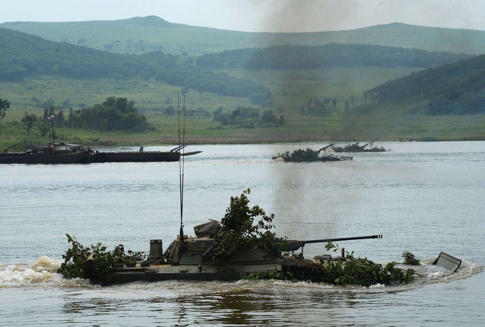Veículo de combate de infantaria treina cruzamento de um rio perto do polígono de Sergeevsky, região de Primorie